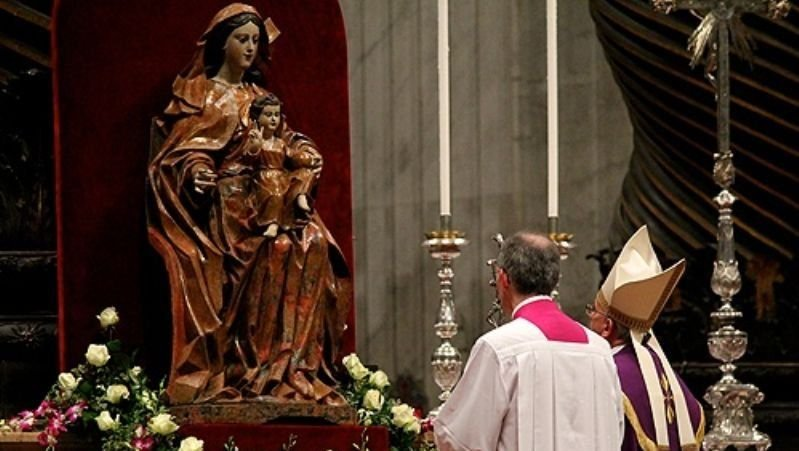 Pope_Francis_prays_before_a_statue_of_Mary_in_St_Peters_Basilica_on_Nov_30_2013_Credit_Lauren_Cater_CNA_CNA_12_2_13.jpg